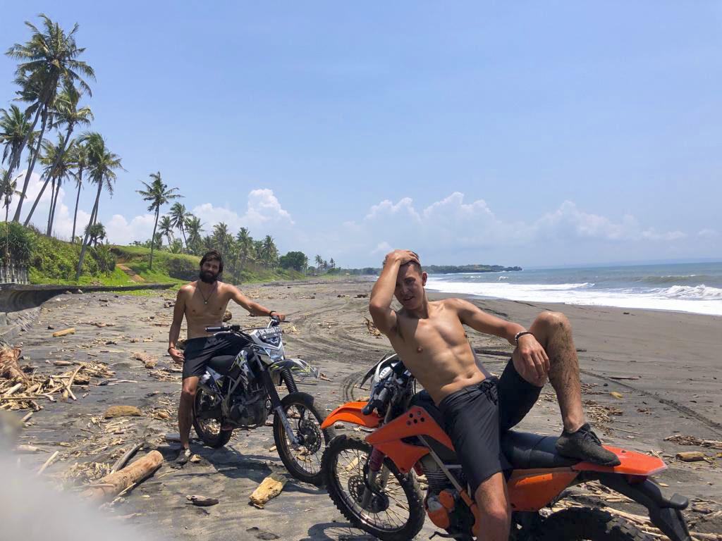 Sexy těla dvou mladých mužů na Bali